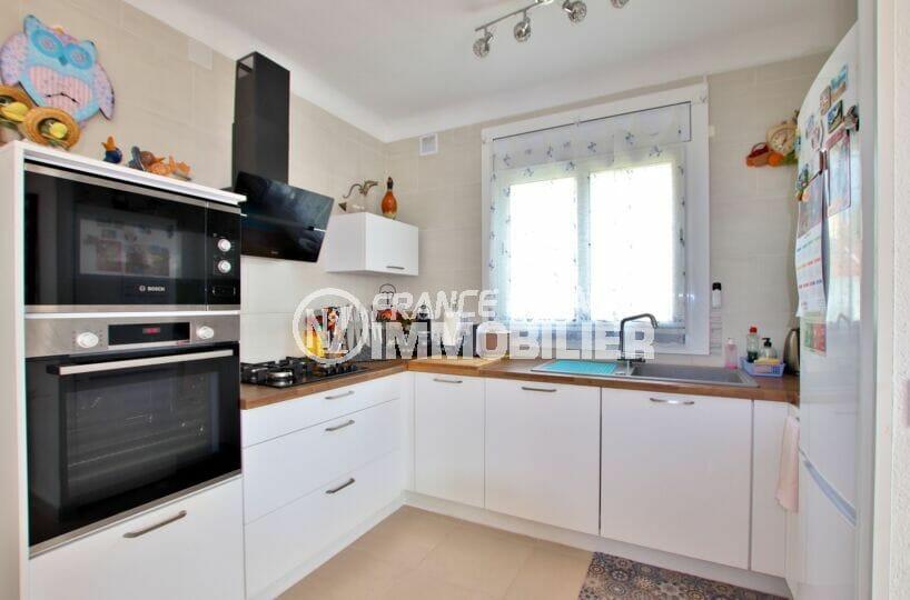 maison roses, 4 chambres 182 m², cuisine ouverte aménagée et équipée