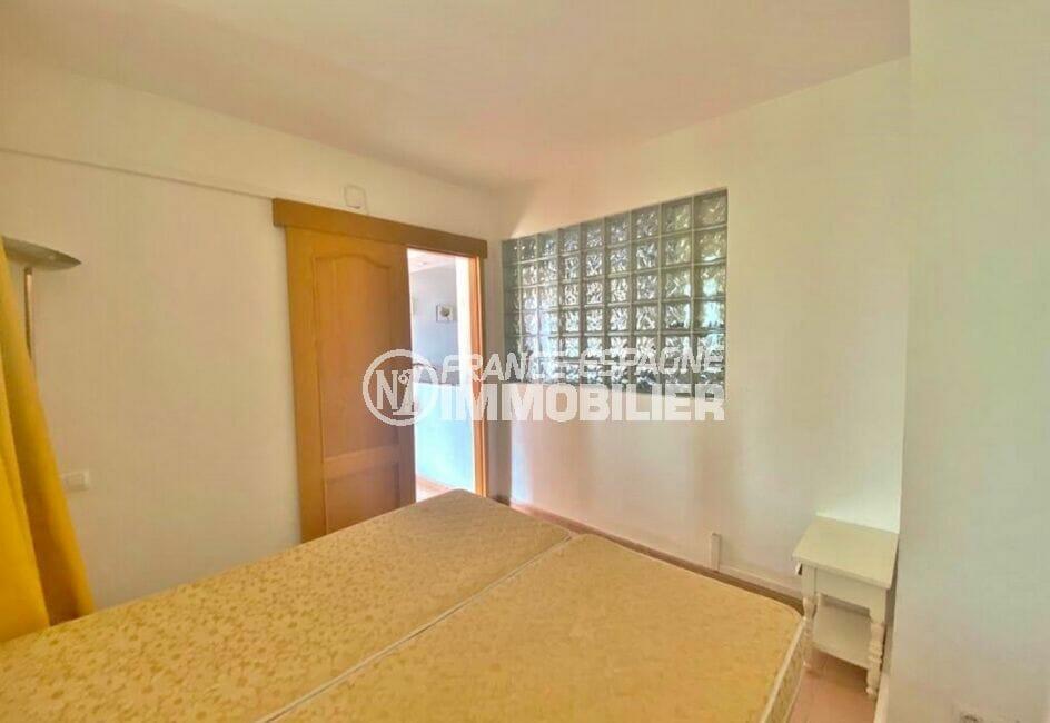roses immobilier: appartement 2 pièces 62 m², chambre avec porte accès salle d'eau