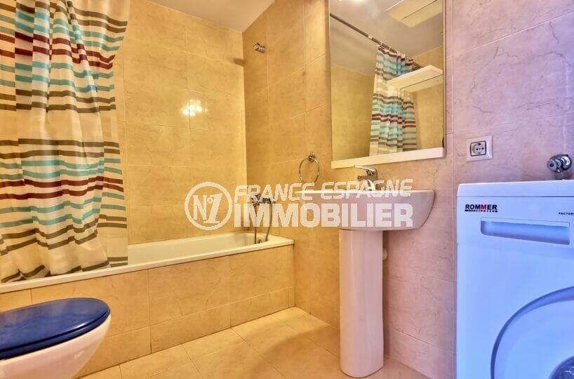vente appartement costa brava pas cher, 2 pièces 56 m², salle de bain avec baignoire et wc