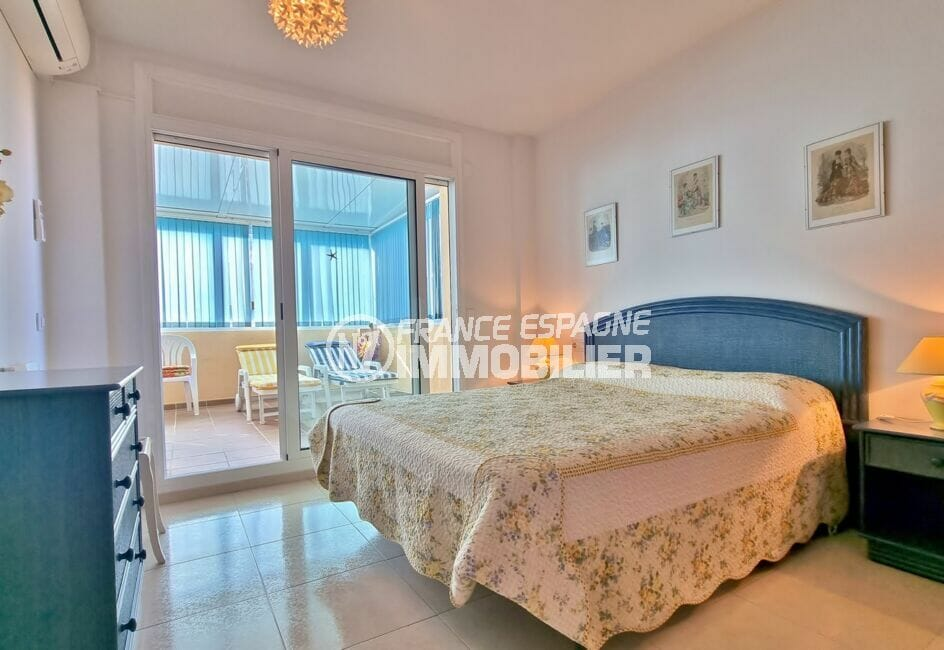 roses immobilier: appartement 2 chambres 70 m², chambre à coucher avec accès à la véranda