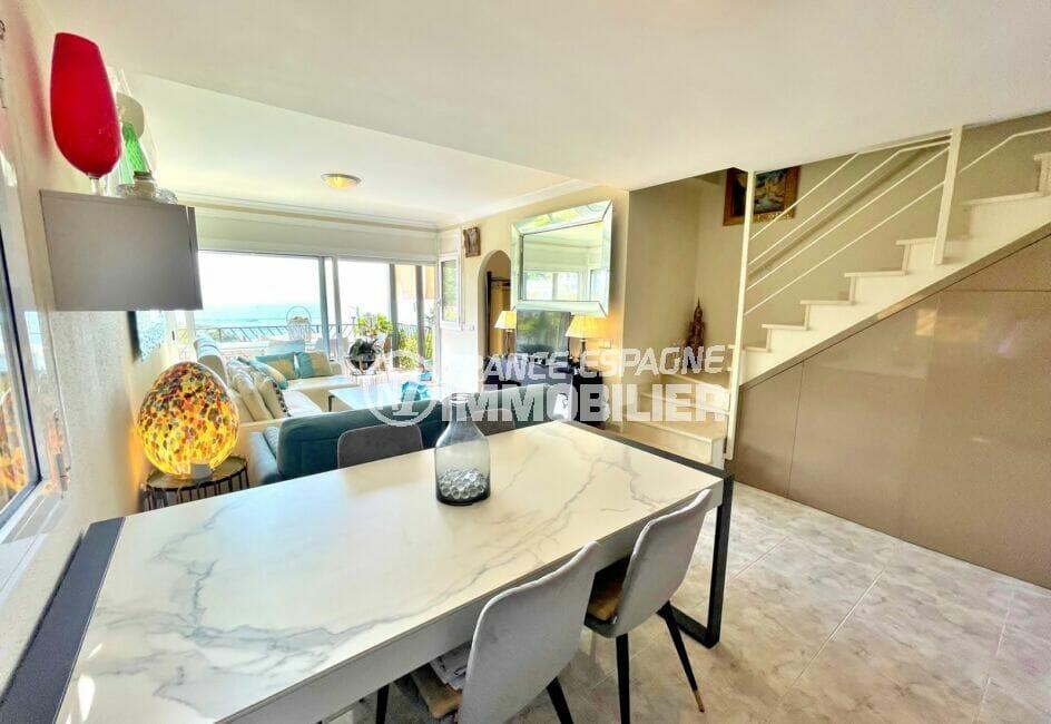 maison a vendre a rosas vue mer, 3 chambres 124 m², espace repas et escalier vers les chambres
