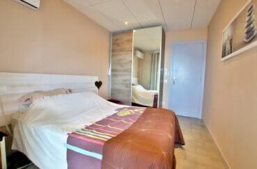 appartement a vendre roses, 2 chambres 64 m², chambre, lit double et armoire penderie