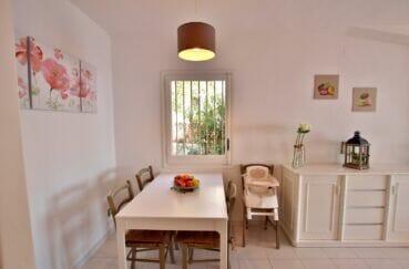 achat maison rosas, 2 chambres 62m², salle à manger, lustre au plafond