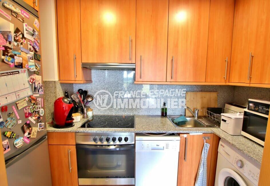 vente empuriabrava: appartement 2 chambres 71 m², coin cuisine aménagée avec nombreux rangements