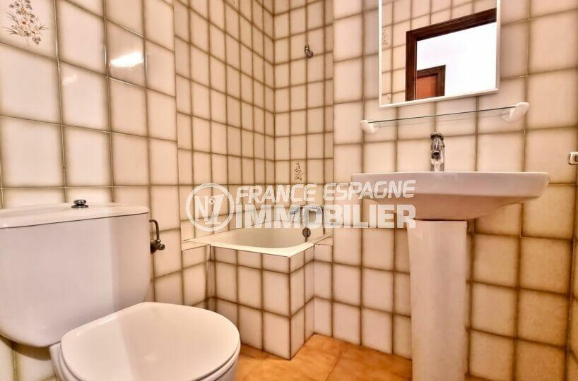 appartement a vendre roses, 2 chambres 55 m², salle de bain carrelée, baignoire
