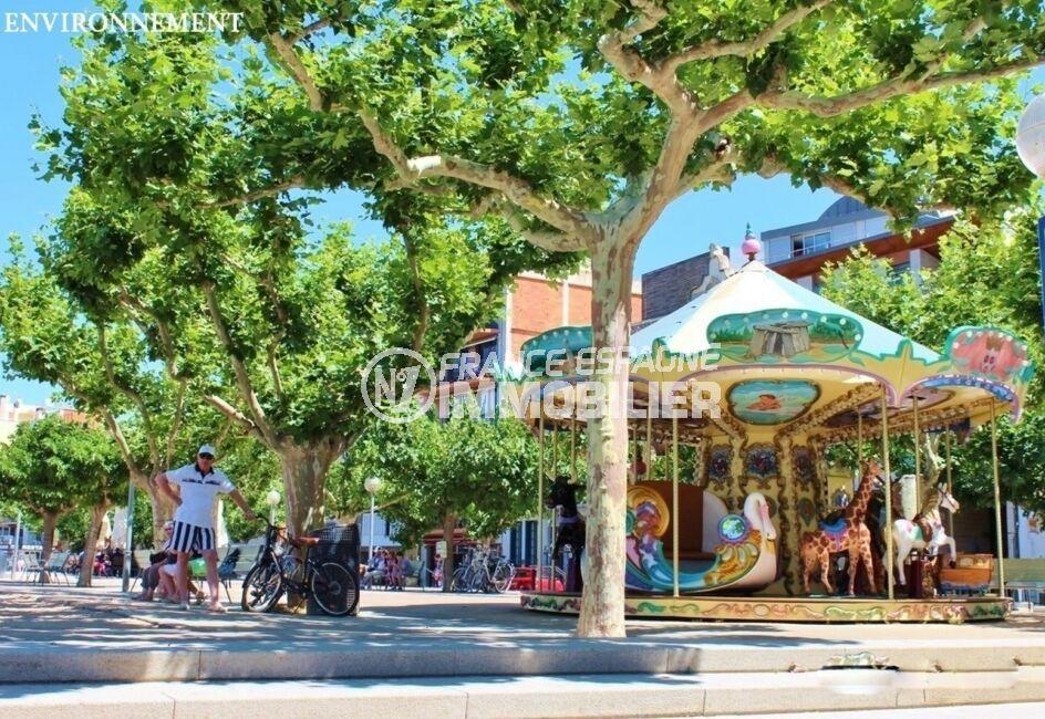 centre ville de roses avec ses restaurants, commerces et ses manèges pour les enfants