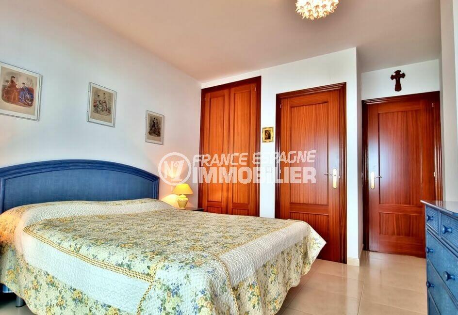 immo center rosas: appartement 2 chambres 70 m², chambre avec lit double, armoire / penderie