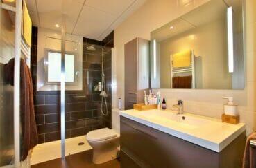 vente appartement roses espagne, 2 chambres 64 m², salle d'eau avec douche et wc
