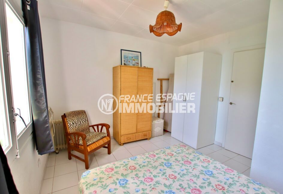 maison a vendre rosas vue mer, 2 chambres 62m², chambre à coucher, lit double, lustre