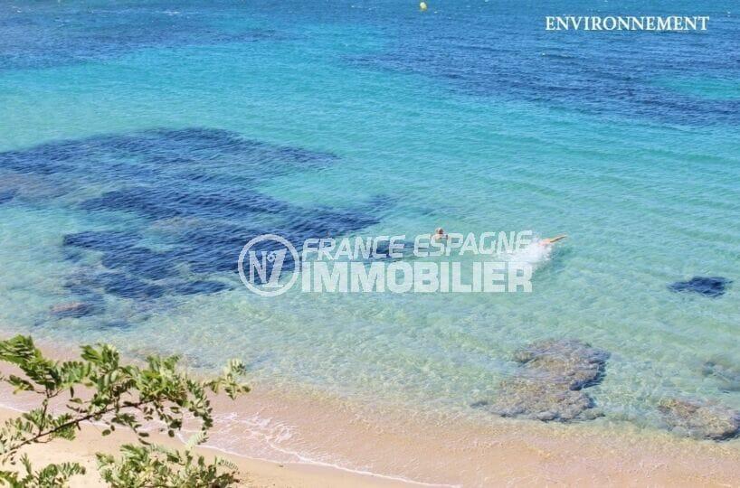 l'eau de mer calme et peu profonde a un belle couleur bleu cristal qui contraste sublime avec le sable fin