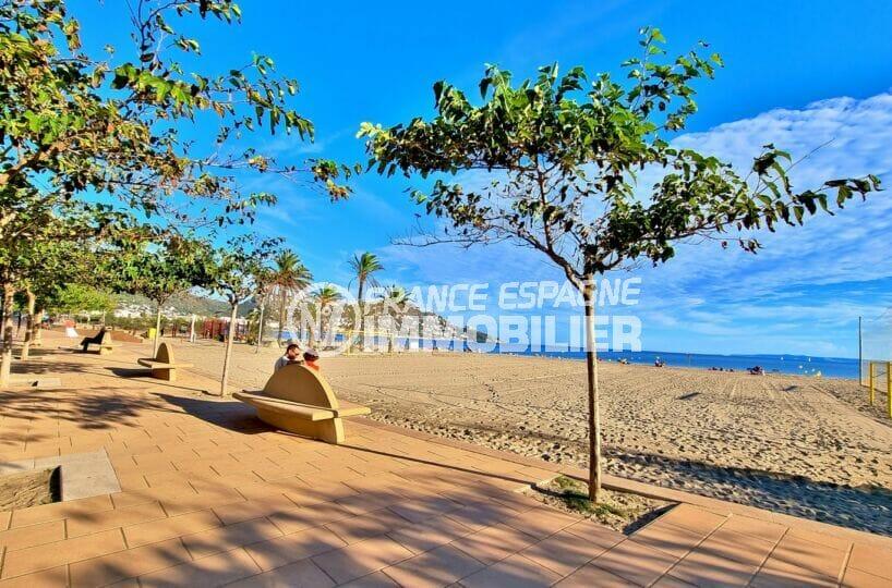 la plage d'empuriabrava et ses aires de jeux pour les enfants