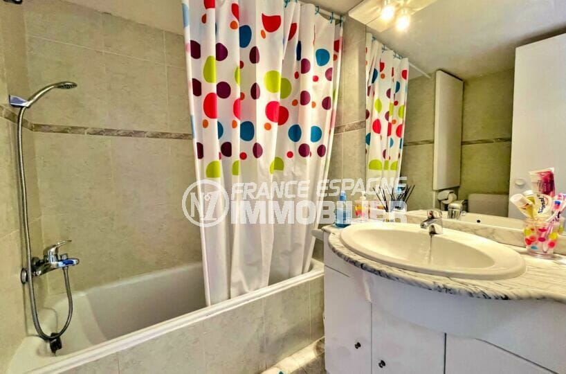 appartement rosas vente, 2 pièces 59 m², salle de bain avec baignoire, rangements
