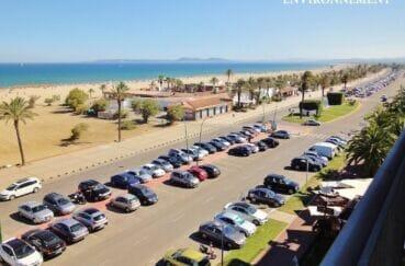 agréable promenade piétonne le long de la plage, nombreuses places de parking en front de mer
