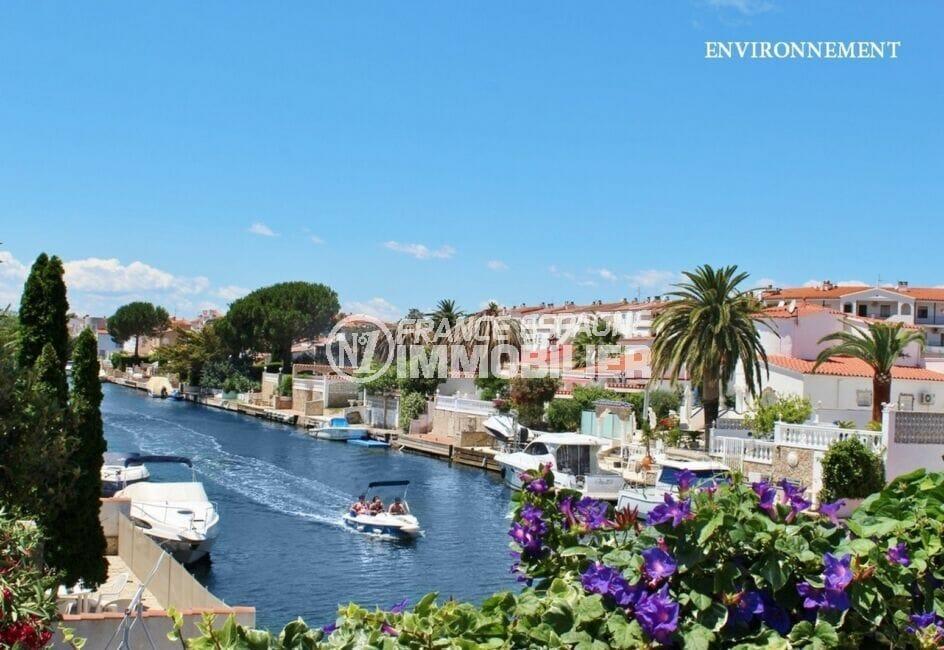 agréable promenade avec une location d'un bateau sur le canal d'empuribrava