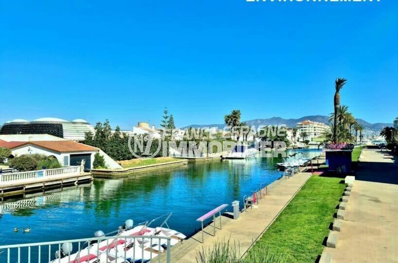 le canal d'empuriabrava et ses somptueuses villas avec amarres