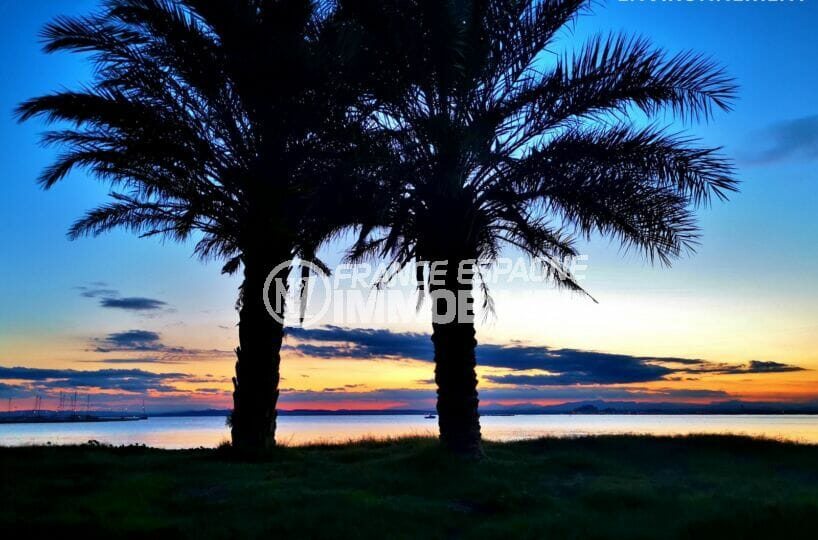splendide coucher de soleil un soir d'été sur la plage de roses