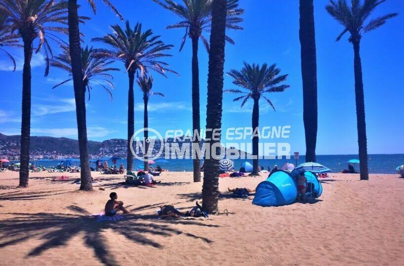 la plage ensoleillée d'empuriabrava, son sable fin et ses eaux turquoises