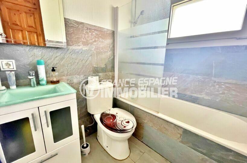 empuria immo: villa 5 chambres 223 m², salle de bain avec baignoire et wc