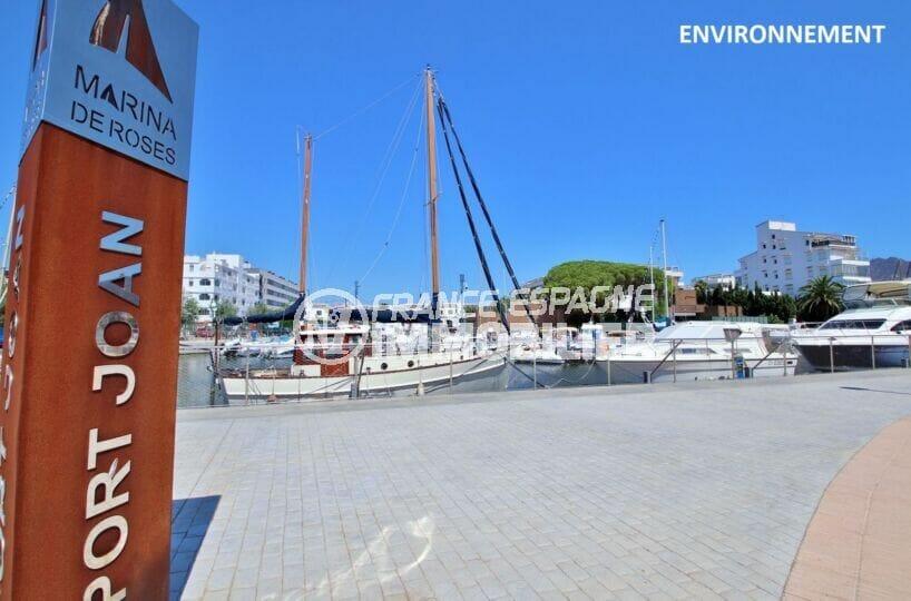 le port de plaisance de roses et ses nombreux bateaux amarrés à voiles ou à moteurs