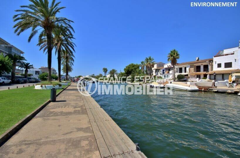promenade le long du canal d'empuriabrava avec ses villas et bateaux