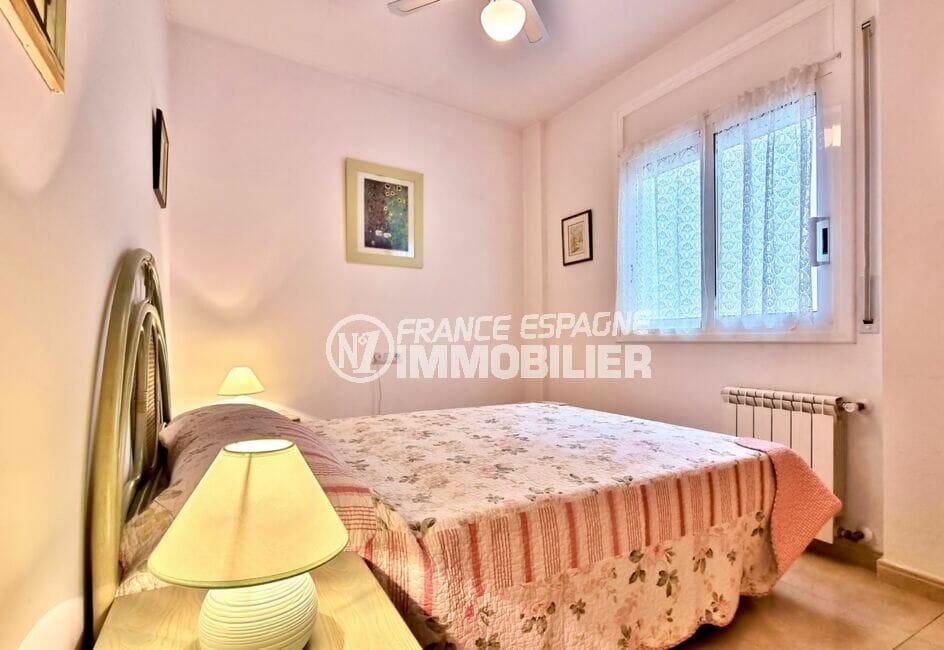 appartement a vendre roses, 2 chambres 70 m², chambre avec ventilateur de plafond