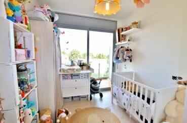 immobilier espagne bord de mer: appartement 2 chambres 71 m², chambre enfants accès balcon