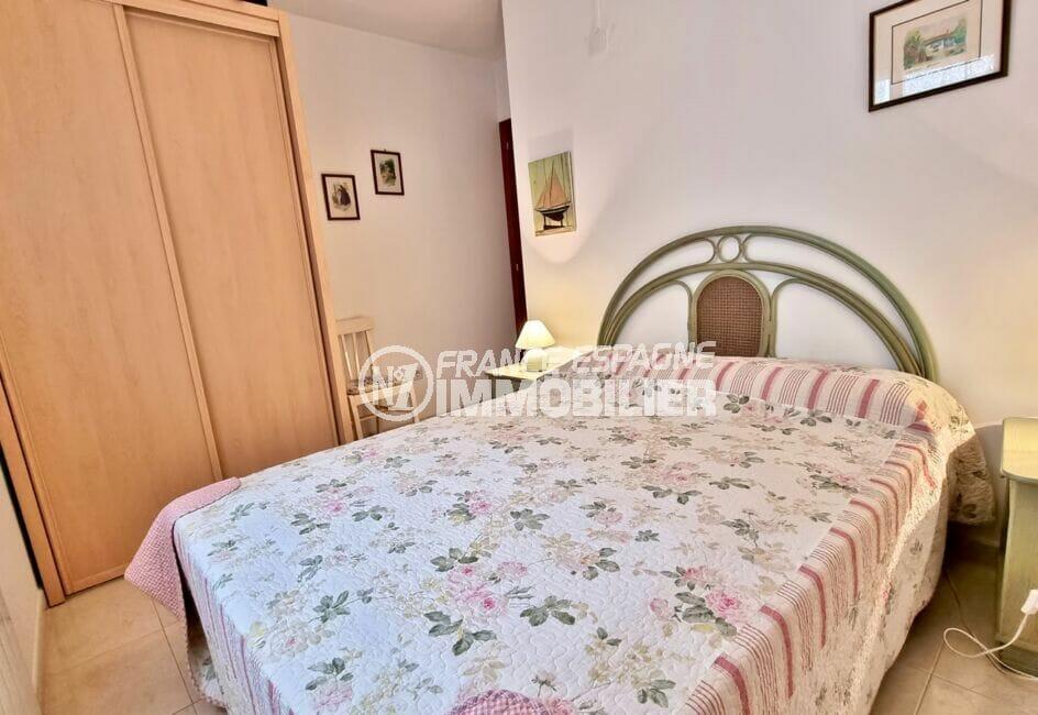 vente appartement roses espagne, 2 chambres 70 m², chambre à coucher avec armoire / penderie