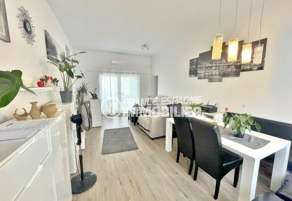 immocenter empuriabrava: villa 5 chambres 223 m², salon / séjour, lustre moderne au plafond