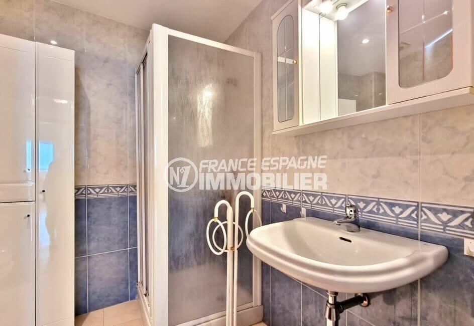 appartement a vendre a rosas: 2 chambre 70 m², salle d'eau avec douche et portes vitrées