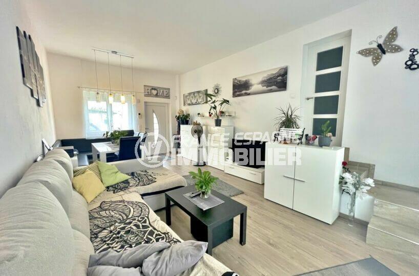 maison a vendre empuriabrava canaux, 5 chambres 223 m², séjour avec table d'angle, banquette et chaises