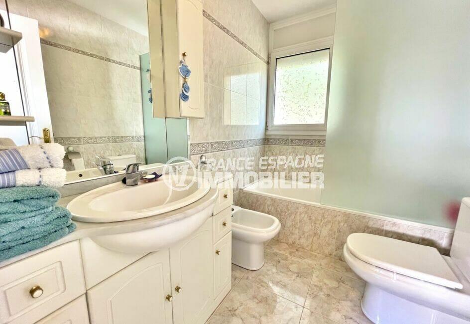 vente immobiliere rosas: villa 3 chambres 124 m², seconde salle d'eau avec baignoire et wc