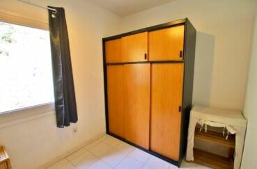 immo roses: villa 2 chambres 62m², chambre à coucher enfants avec armoire / penderie