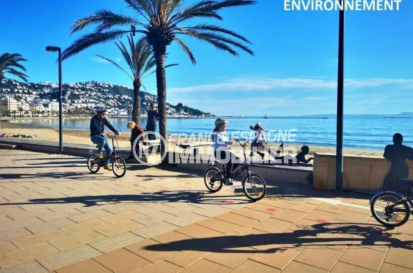 promenade à pied ou en vélo le long de la plage de roses, vue magnifique sur les montagnes