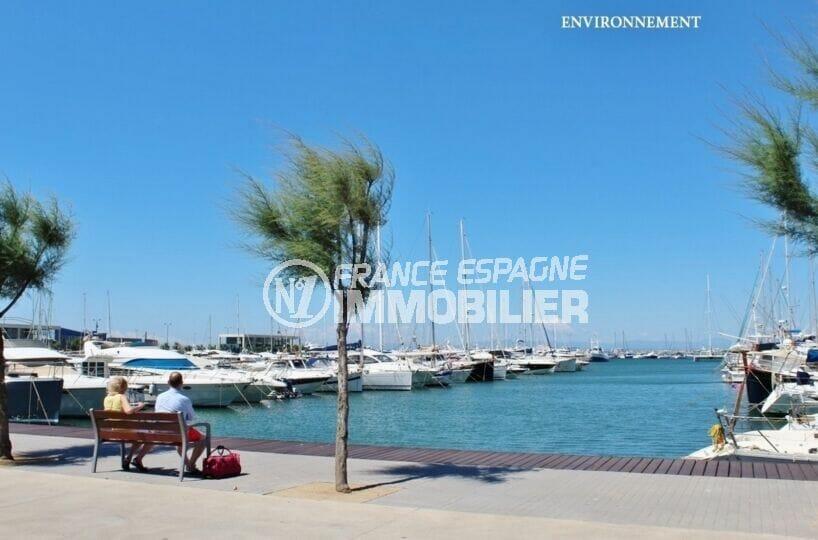 détente sous le soleil à regarder les bateaux sur le port de plaisance de roses