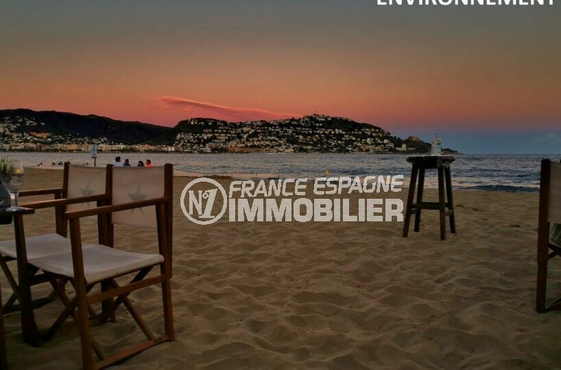 admirer le coucher de soleil devant un verre sur la plage de roses