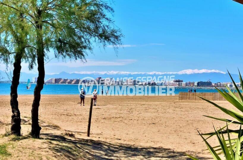 longue promenage sur plage située dans le centre de roses, sable très fin et eaux très peu profondes