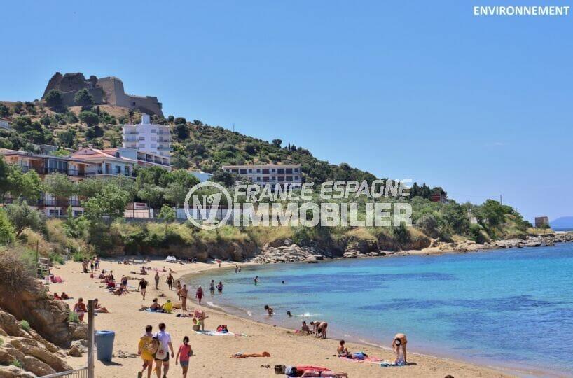 la très belle plage ensoleillée de roses avec son sable fin et ses eaux turquoises