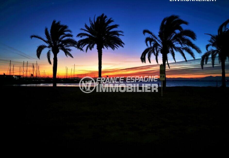 détente sur la plage d'empuriabrava devant un magnifique coucher de soleil