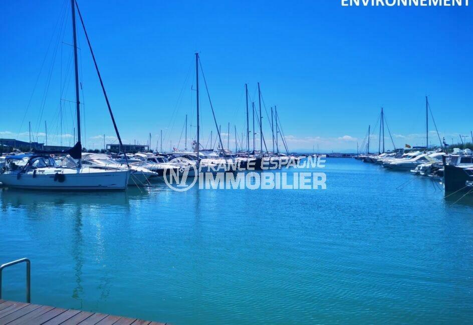 le port de plaisance de roses et ses somptueux bateaux à voiles et à moteur