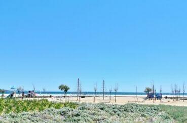 espace de jeux pour enfants aménagé sur la plage d'empuriabrava