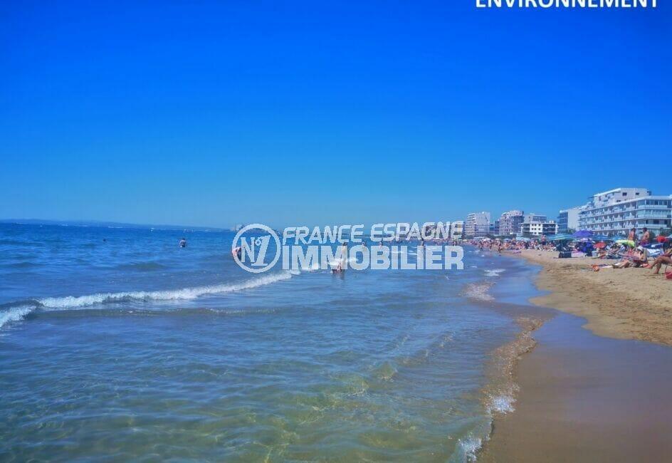 la plage de roses, sable fin, l'eau de la mer est transparente, propre et peu profonde