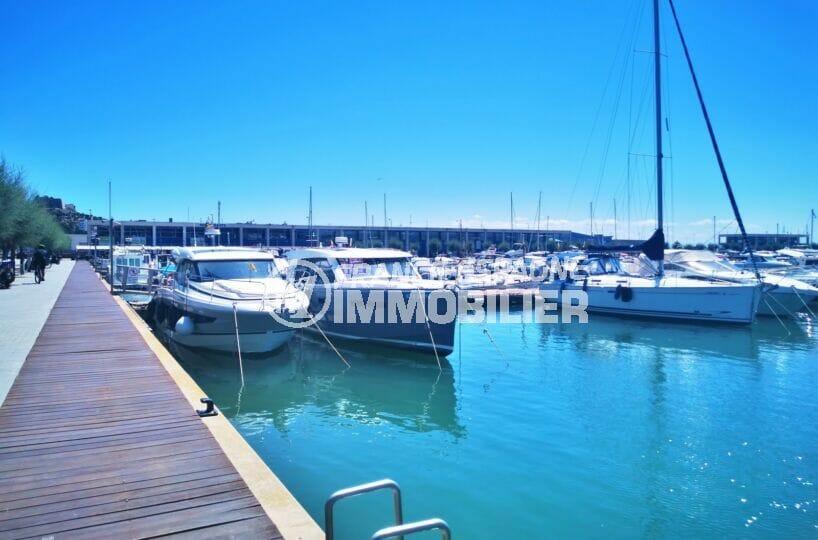le port de plaisance de roses et ses superbes bateaux à voiles ou à moteur