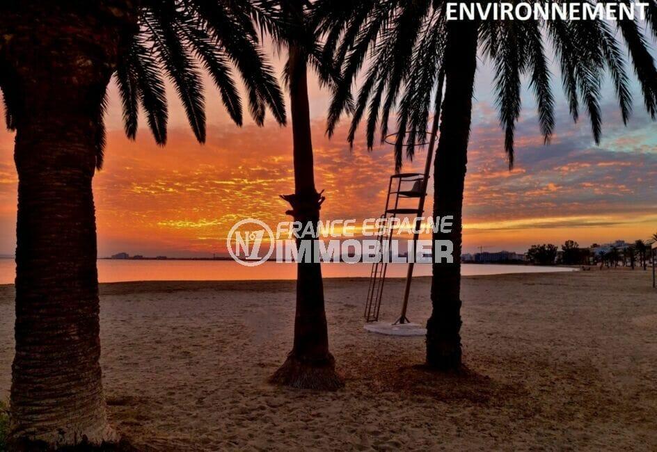 en bord de mer, splendide coucher de soleil sur la plage de roses