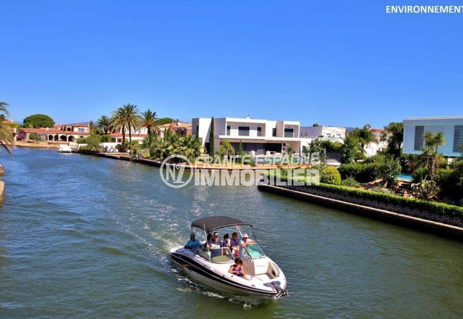 promenade en bateau électrique sur le canal d'empuriabrava, magnifiques villas