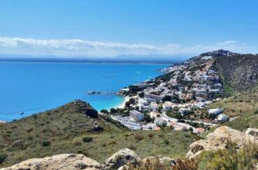 superbe vue panoramique des hauteurs des colines voisines plongeant sur canyelles petite et la baie de rosas