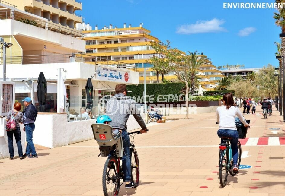 promenade à pied ou en vélo le long de la plage de roses, restaurants et commerces