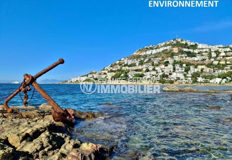 ancre d'un bateau échoué sur un rocher non loin de la plage