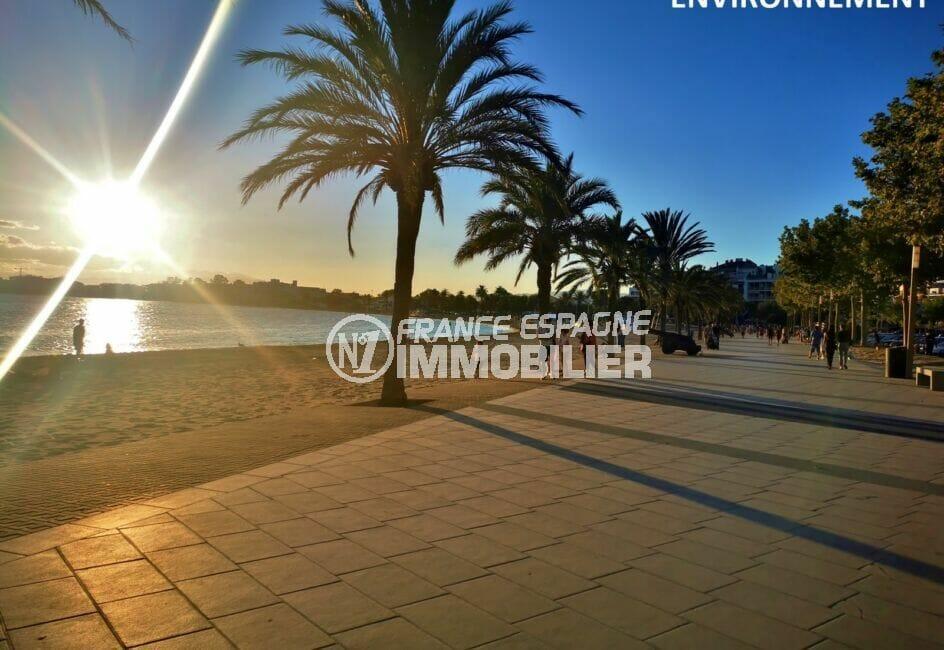 admirez le coucher de soleil sur la rambla lors d'une promenade le long de la plage