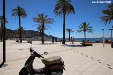 promenade le long de la plage de roses bordée de restaurants et de sculptures