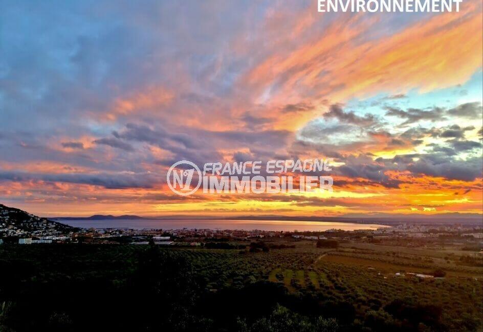 splendide coucher de soleil sur la baie vu des hauteurs de rosas avec le puig rom à gauche